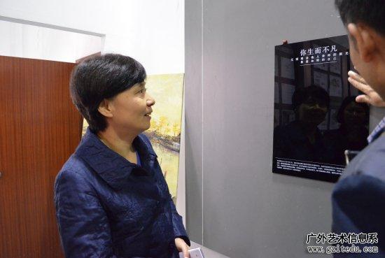 孙亚玲观看学生艺术设计作品展